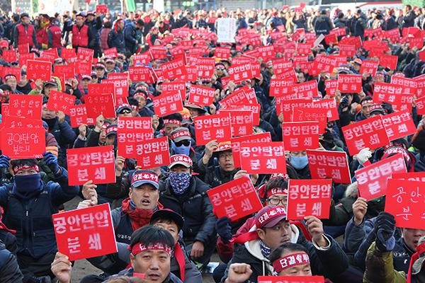 Byggfacket KCWU demonstrerar utanför åklagarmyndigheten i Seoul